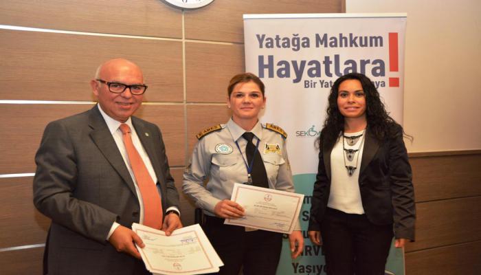 Başkan Eşkinat işaret dili kursiyerlerine sertifikalarını teslim etti