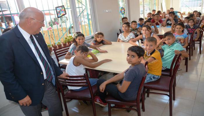Başkan Eşkinat Aydoğdu Sosyal Etkinlik Merkezinde öğrencilere okul malzemesi hediye etti