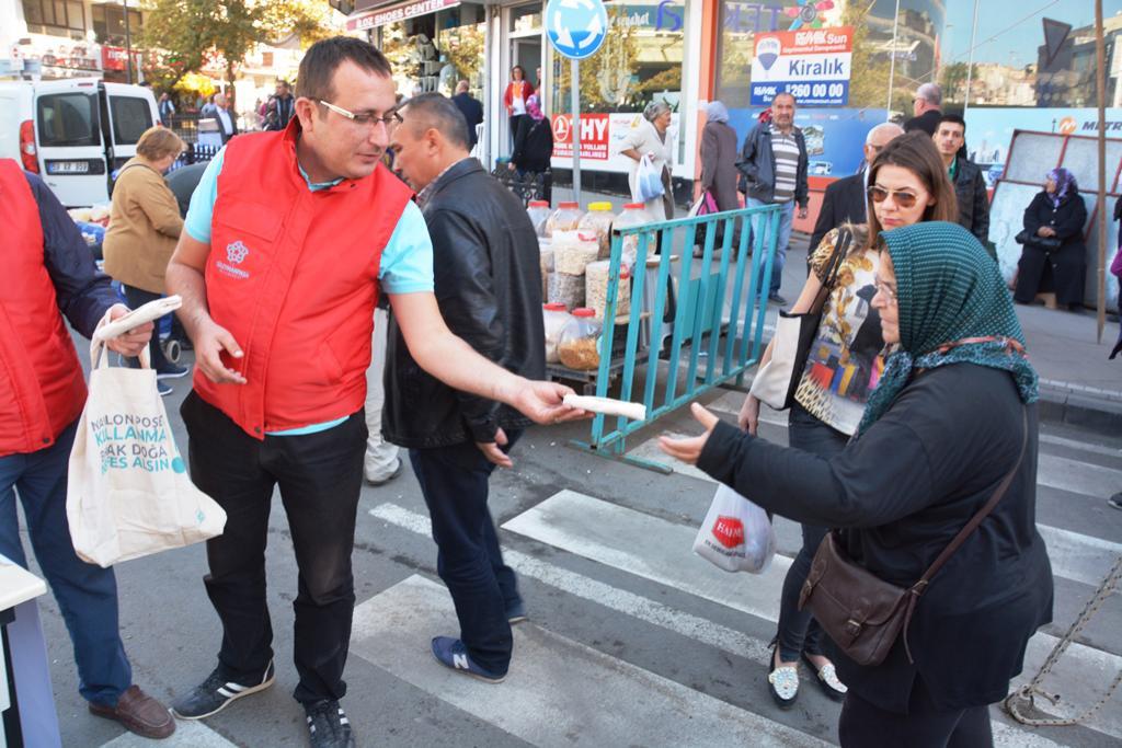 Süleymanpaşa Belediyesi pazarda bez torba dağıttı
