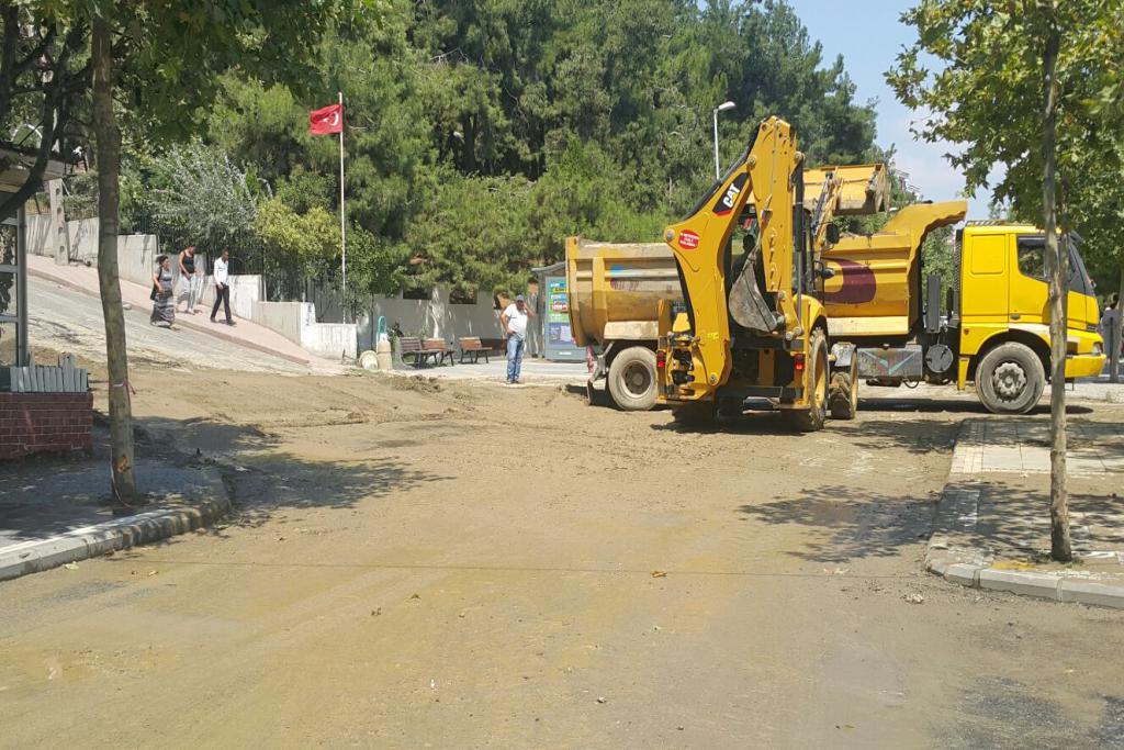 Çamura bulanan cadde ve sokakları Süleymanpaşa Belediyesi temizledi