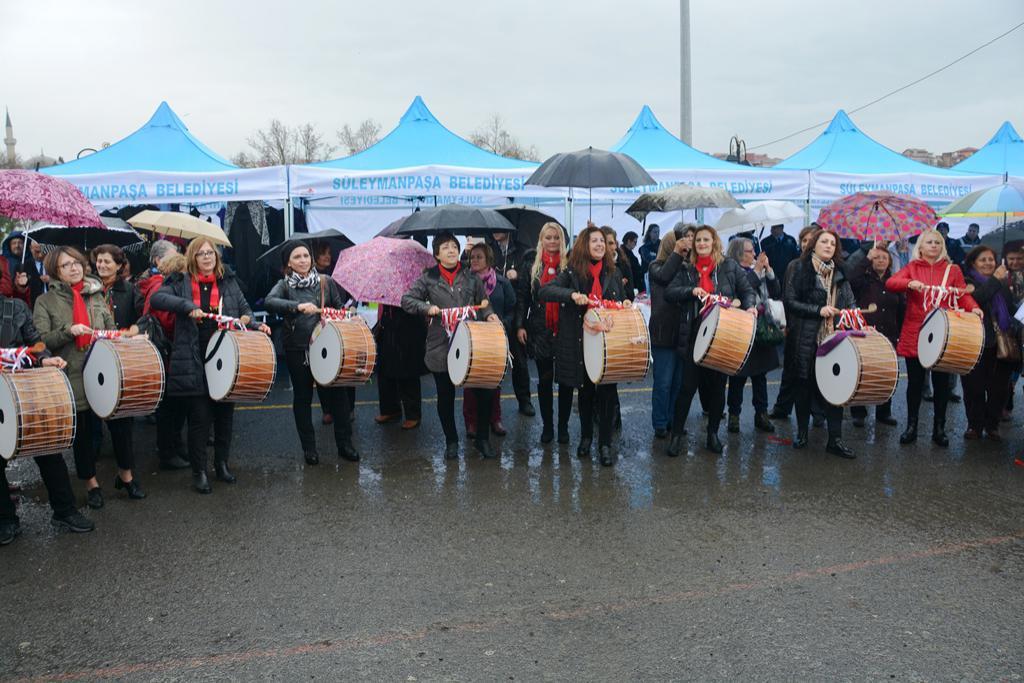 Süleymanpaşa kadınları yağmura aldırmadan 8 Mart