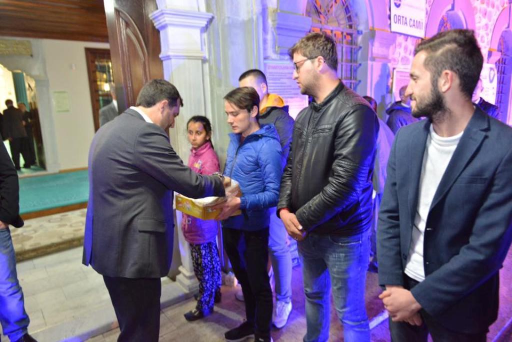 Başkan Yüksel Berat Kandilinde vatandaşlara kandil simidi ikram etti