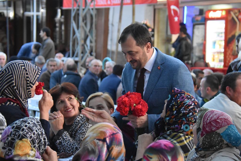Başkan Yüksel'den Gönül Sofrası'nda Anneler Günü Sürprizi