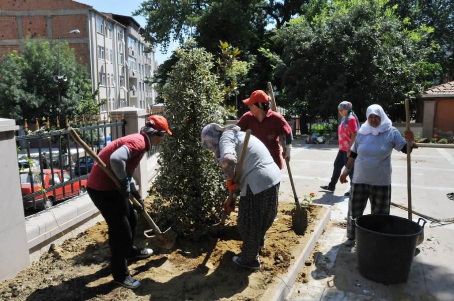 Süleymanpaşa Belediye Başkanlığı bahçesi çiçeklerle donatıldı