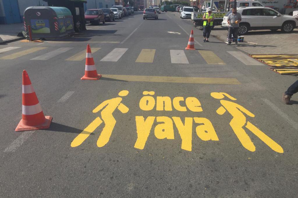 """Süleymanpaşa Belediyesinden yaya geçitlerine """"Önce Yaya"""" uyarısı"""